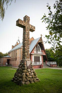 Monika Adamczyk - Kaplica i krzyż w Wyrykach