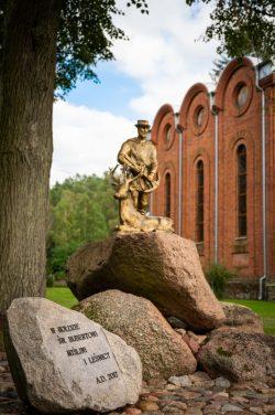 Monika Adamczyk - Pomnik przy kościele w Suchawie
