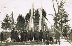 Budowa drewnianej dzwonnicy w Lubieniu - 1950-1960 r. (1)