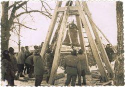 Budowa drewnianej dzwonnicy w Lubieniu - 1950-1960 r. (2)