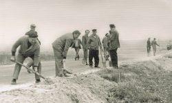 Budowa drogi czynem partyjnym z Zahajek do Ignacewa - 1979 r.