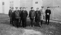 Członkowie komisji przeglądu wiosennego przez remizą strażacką w Wyrykach - 1976 r.