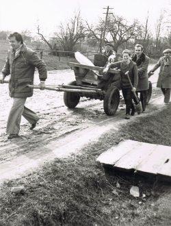 Czynem społecznym montowanie oświtlenia przy drodze w Wyrykach - 1977 r. (1)