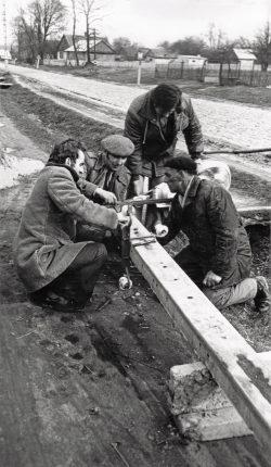 Czynem społecznym montowanie oświtlenia przy drodze w Wyrykach - 1977 r. (2)