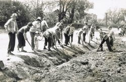 Młodzież z Gminnej Szkoły Zbiorczej w Wyrykach przy pracach czynu majowego - 1978 r.