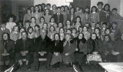 Młodzież z Gminnej Szkoły Zbiorczej w Wyrykach przy spotkaniu z seniorami - 1977 r.