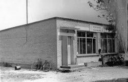 Sklep spożywczo-przemysłowy w Krzywowierzbie - 1980 r.