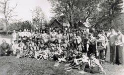Uczniowe starszych klas Gminnej Szkoły Zbiorczej w Wyrykach przed rozpoczęciem czynu majowego - 1977 r.