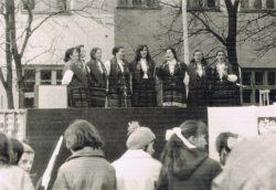 Wiec pierwszomajowy przy Gminnej Szkole Zbiorczej w Wyrykach - 1976 r.
