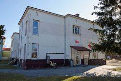Zdjęcie przedstawia budynek Szkoły Podstawowej im. Armii Krajowej w Wyrykach przed pracami termomodernizacyjnymi