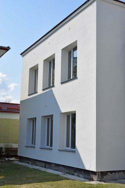 Zdjęcie przedstawia trwające prace termomodernizacyjne budynku Szkoły Podstawowej im. Armii Krajowej w Wyrykach