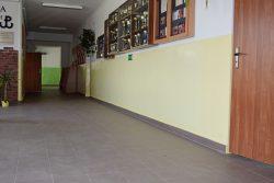 Zdjęcie przedstawia korytarz w budynku Szkoły Podstawowej im. Armii Krajowej w Wyrykach po wykonanych pracach termomodernizacyjnych