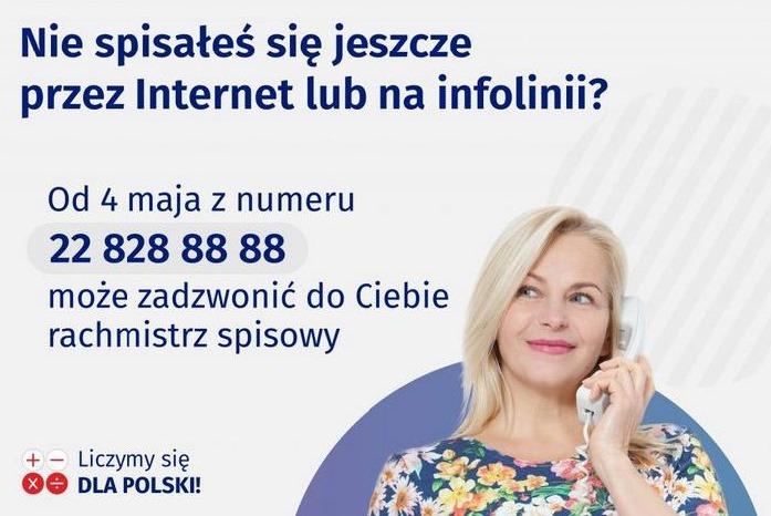 """Banner zawiera tekst: """"Nie spisałeś się jeszcze przez Internet lub na infolini? Od 4 maja z numeru 22 828 88 88 może zadzwonić do Ciebie rachmistrz spisowy"""", w prawej dolnej krawędzi widoczna uśmiechnięta kobieta trzymająca w dłoni słuchawkę telefoniczną."""