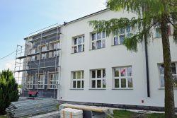 Zdjęcie przedstawia trwające prace termomodernizacyjne budynku Szkoły Podstawowej im. Jana Pawła II w Kaplonosach