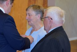 Odznakę Medalu za Długoletnie Pożycie Małżeńskie w imieniu Prezydenta Rzeczypospolitej Polskiej wręcza Wójt Gminy Wyryki Mirosław Torbicz