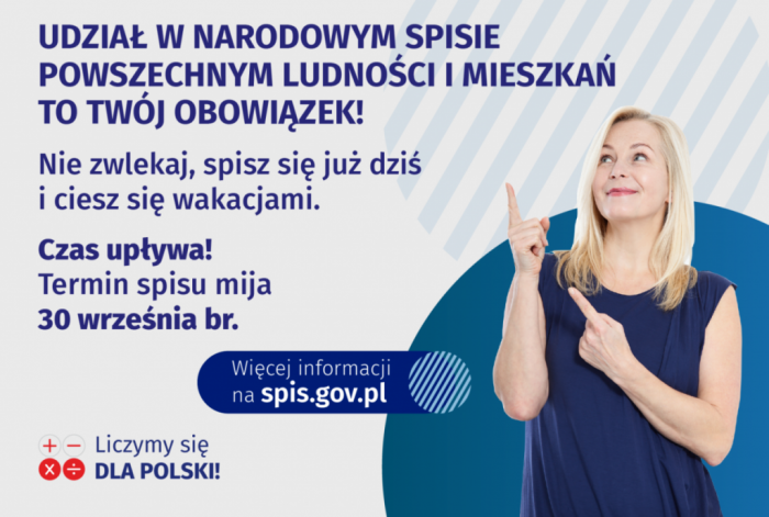 """Młoda kobieta wskazuje palcem na napis """"udział w narodowym spisie powszechnym to Twój obowiązek"""", informacja przypomina o terminie spisu"""