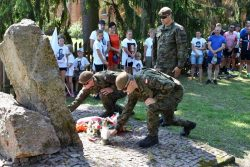 Uroczyste złożenie kwiatów przy pomniku Powstańców Styczniowych w Suchawie.