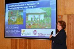 """dr hab. inż. Barbara Marcinek podczas prelekcji na konferencji pt. """"Wokół kultury tradycyjnej Wyryk"""""""