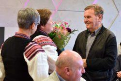 Zespół śpiewaczy Swańki wręczający kwiaty Panu Marianowi Chyżyńskiemu