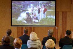 """Uczestnicy konferencji pt. """"Wokół kultury tradycyjnej Wyryk"""" oglądający nagrane muzyczne wideo wykonanie przez Zespół śpiewaczy Swańki"""
