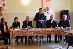 Pan Adam Panasiuk ze Starostwa Powiatowego we Włodawie otwiera zebranie