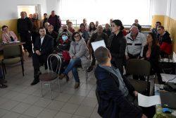 Przedstawicielka Pracowni Terenowej w Chełmie Wojewódzkiego Biura Geodezji omawiająca scalenia