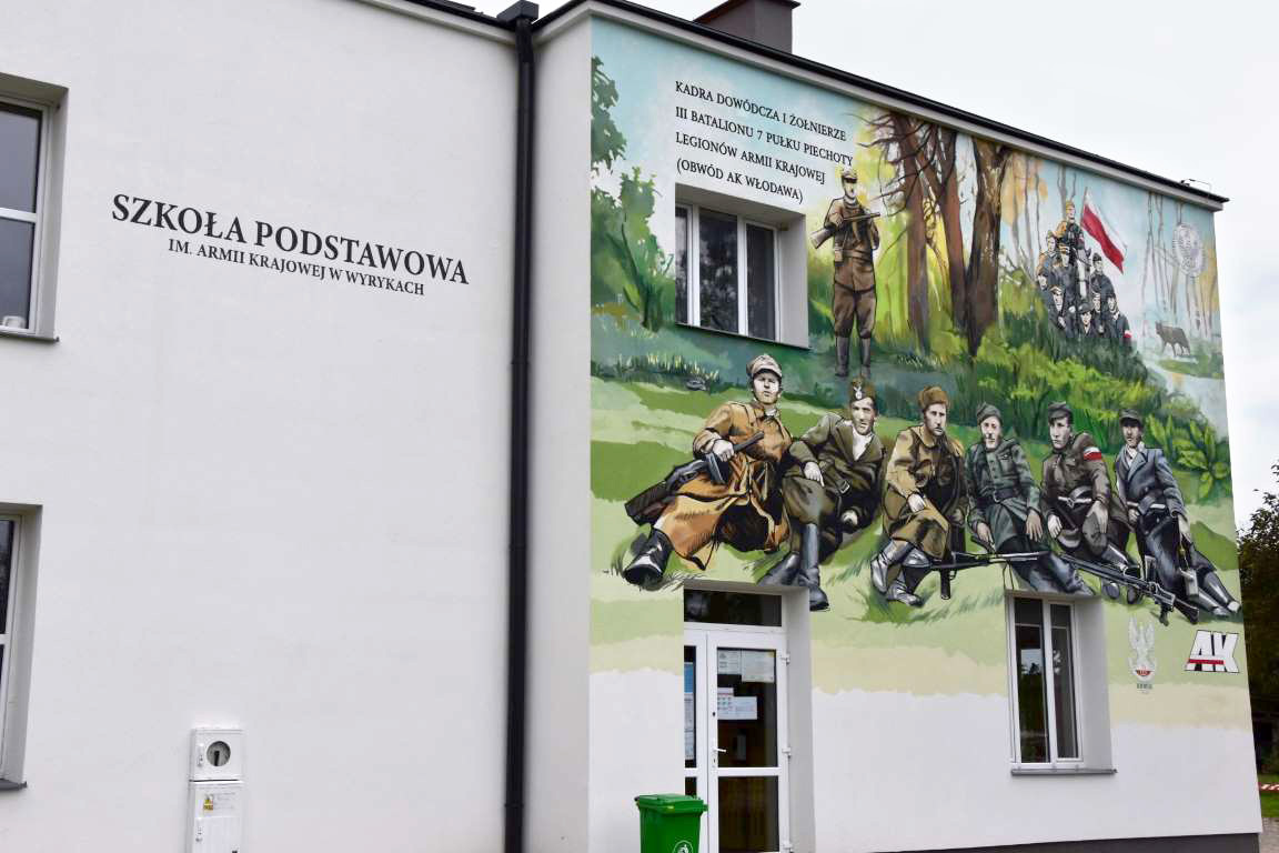 Zdjęcie przedstawia budynek Szkoły Podstawowej im. Armii Krajowej w Wyrykach