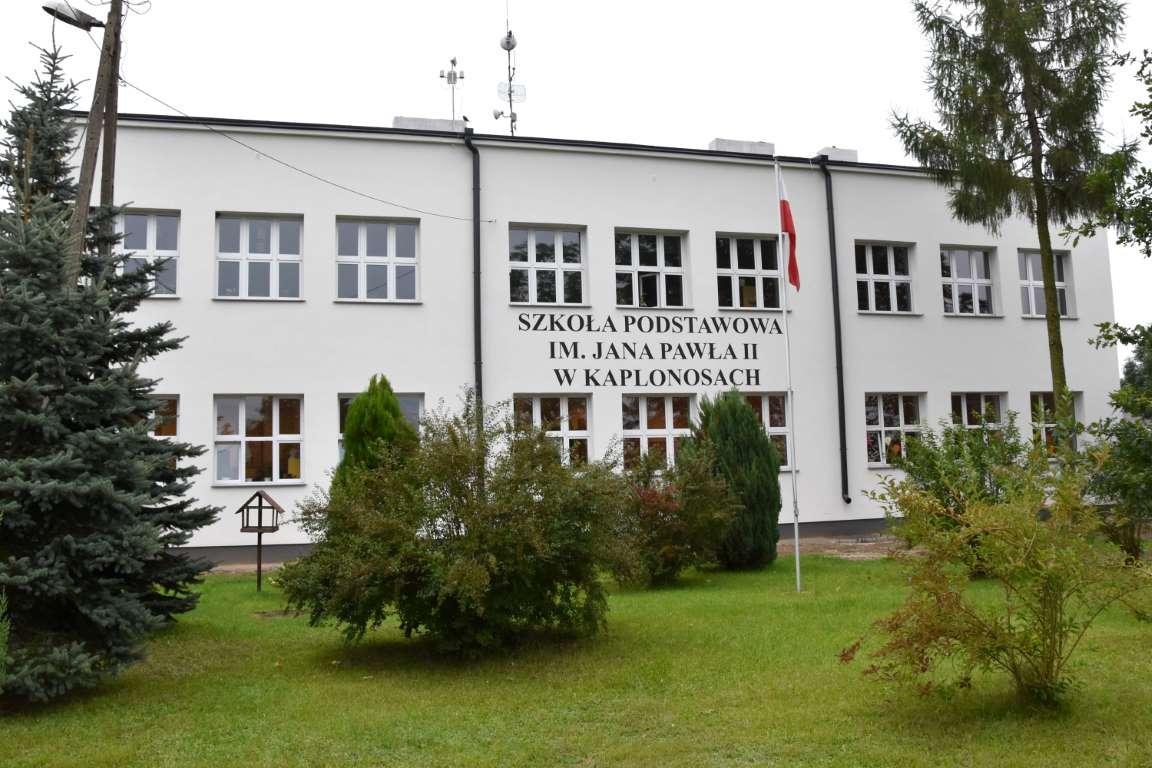 Zdjęcie przedstawia budynek Szkoły Podstawowej im. Jana Pawła II w Kaplonosach